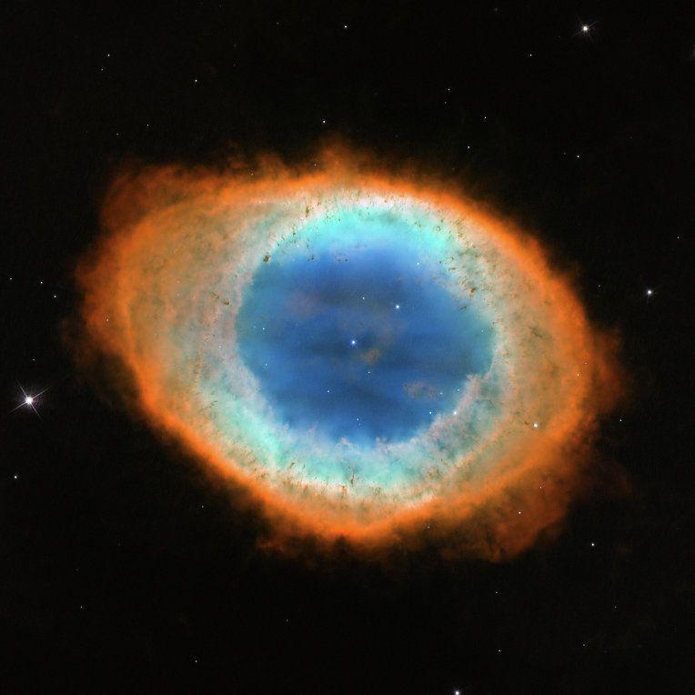Туманность Кольцо (М 57) при виде через телескоп Хаббл похожа на кривой пончик